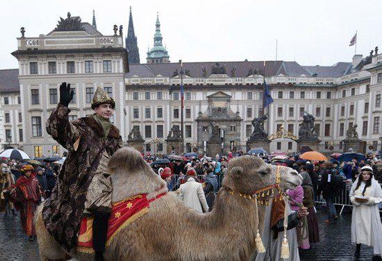 Cabalgata de los Reyes Magos frente al Palacio Presidencial de Praga