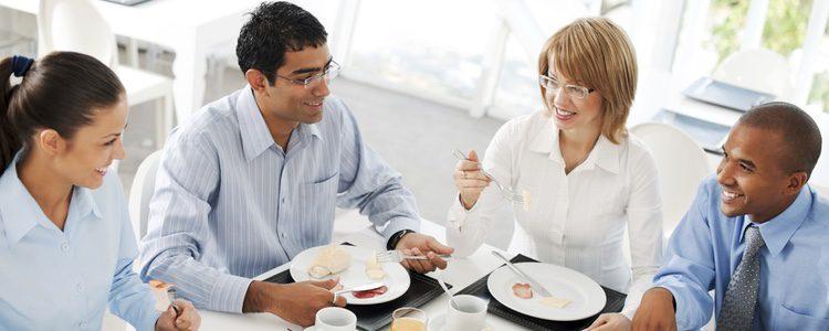 Si la cena de empresa es más informal, puedes relajar tu look