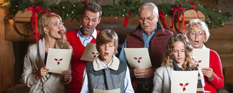 Familia cantando villancicos