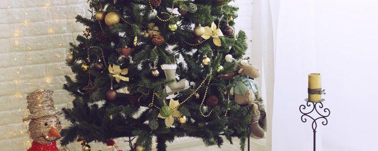 El árbol de Navidad sintético es más sencillo de colocar y cuidar que uno natural