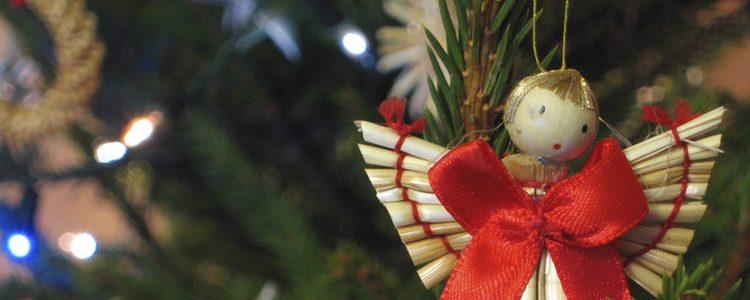 Puedes terminar decorando tu árbol añadiendo un ángel en lugar de una estrella