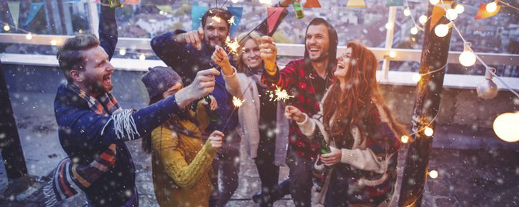 Amigos celebrando la Navidad