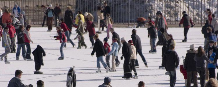 Si nunca has patinado sobre hielo, anímate y hazlo con tus amigos, seguro que os divertís