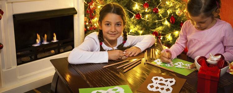 La papiroflexia ofrece muchas opciones para decorar la pared en Navidad