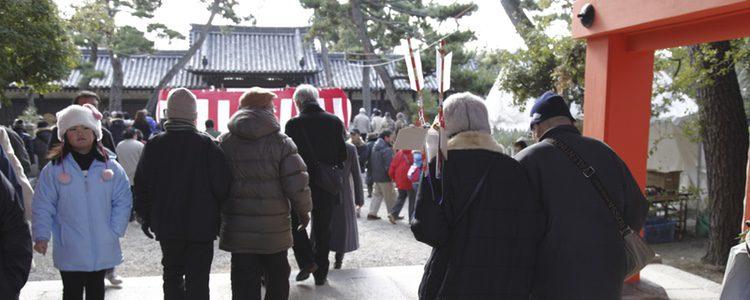 Los japoneses acuden a los templos en Año Nuevo