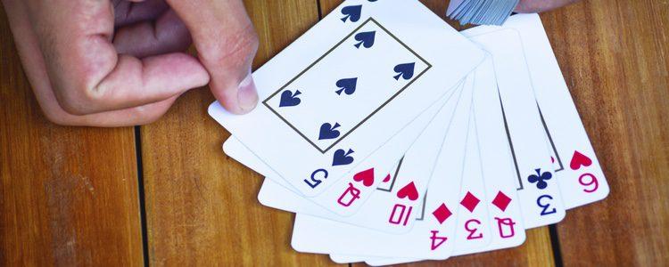 Los juegos de cartas entretienen tras las cenas navideñas
