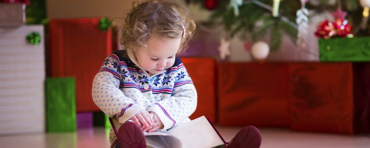Es fundamental que los niños lean cuentos desde pequeños y Navidad es una época muy adecuada