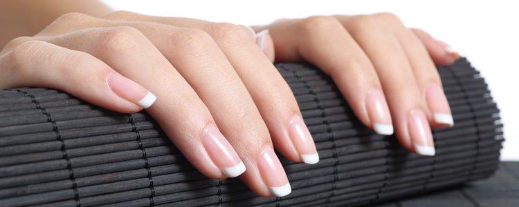 La manicura francesa es una forma elegante de decorar nuestras uñas