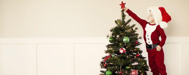 Poner el árbol de Navidad es algo que encanta a los más pequeños de la casa