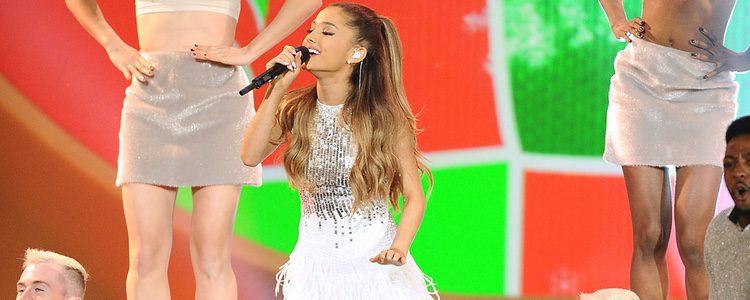Adriana Grande en una actuación navideña