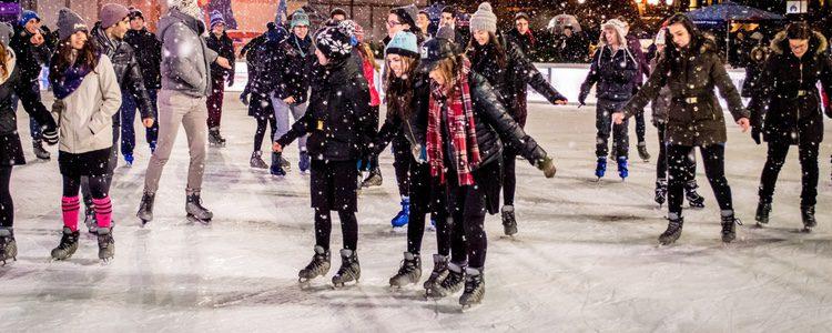 Puedes disfrutar de deportes de invierno en la pista de hielo