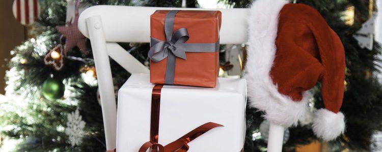 Decora tus sillas navideñas con gorros de Papá Noel