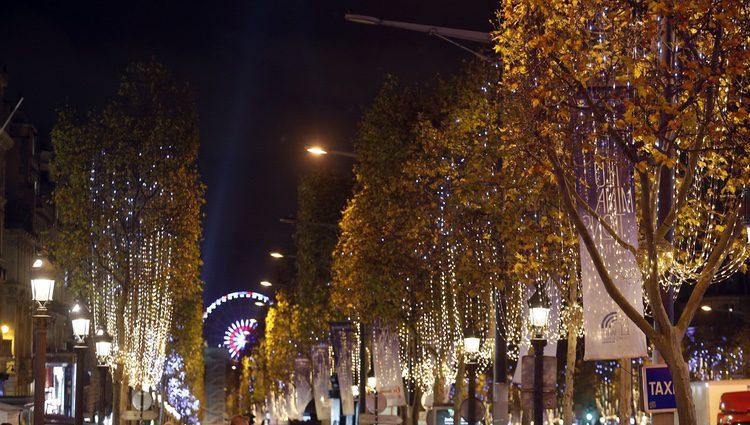 Las calles de París inundadas de luces de Navidad