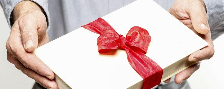 Regalar un libro cuando sabes que a algún familiar le gusta la lectura asegura el éxito del regalo