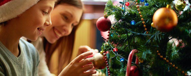 Adornar el árbol de Navidad es una de las actividades míticas que tanta ilusión hace a los niños
