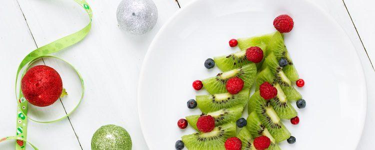 Puedes hacer tu árbol de Navidad con variedad de frutas