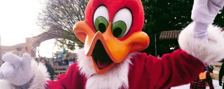 Woddy, la mascota de Port Aventura, se disfraza de Papá Noel en Navidad