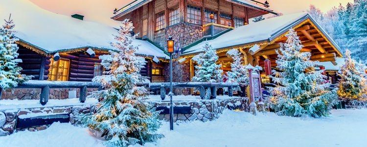 En Santa Claus Village, en el Círculo Polar Ártico, podrás visitar la oficina de Papá Noel