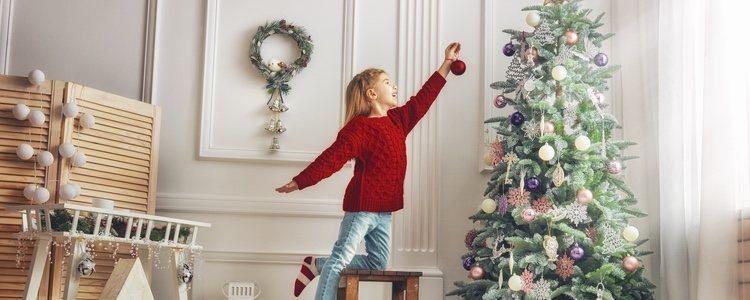 Reúnete con tu familia y decora tu cada con espumillón y bolas de navidad