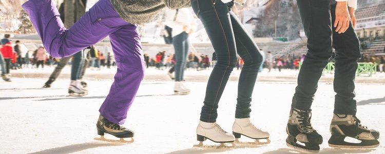 Durante el invierno es típico acudir a patinar sobre </p><p>hielo