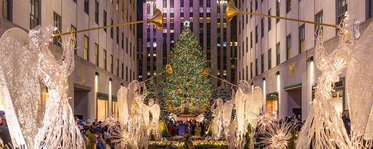 Rockefeller Center iluminada con las luces de Navidad