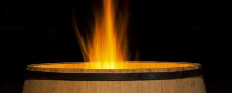 La quema de un barril es una tradición en este lugar