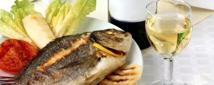 Según el tipo de pescado o marisco se recomienda también diferentes tipos de vino