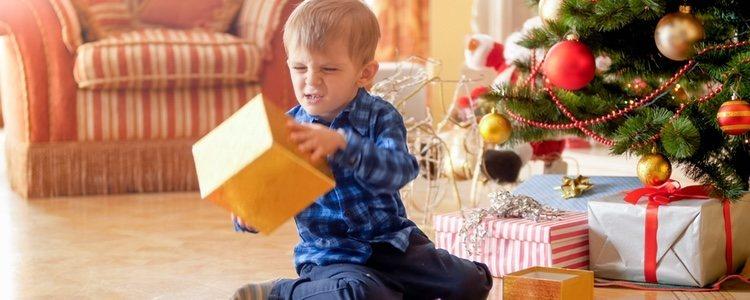 Es divertido ver cómo tu hijo descifra la manera de abrir el regalo