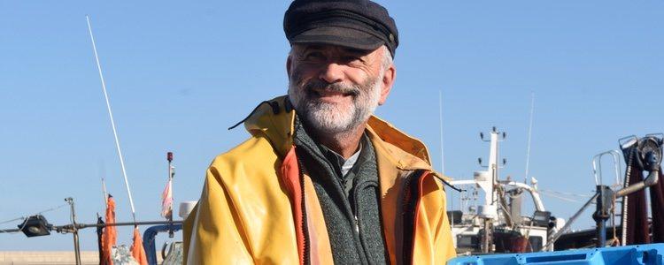 El Angulero viste con la ropa típica en el imaginario colectivo de un pescador