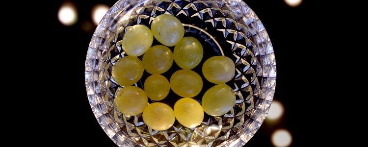 La opción más clásica es ofrecer las uvas en tarritos de cristal