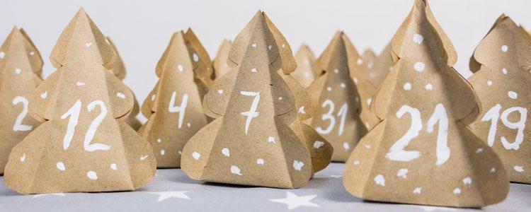 Ponle a cada paquete del calendario de adviento la forma de árbol de Navidad