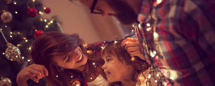 Decorar el árbol de Navidad es un tiempo muy valioso para disfrutar en familia