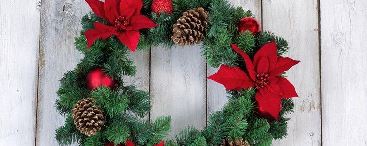 La corona de Navidad es uno de los adornos que no pueden faltar en la decoración