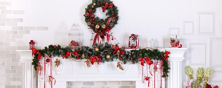 La corona de Navidad en la chimenea es un lugar ideal para colocarla