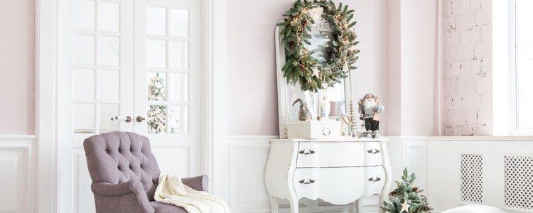 Colocar la corona de Navidad en un espejo es un toque especial