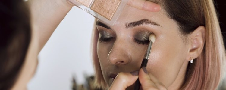 El maquillaje es una de las piezas clave en un look