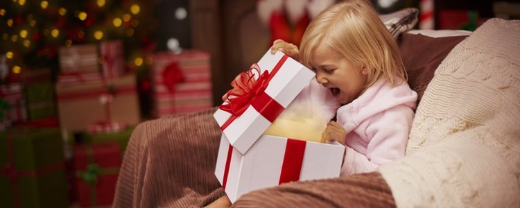 Una buena opción es personalizar el regalo o adecuarlo a estas fechas