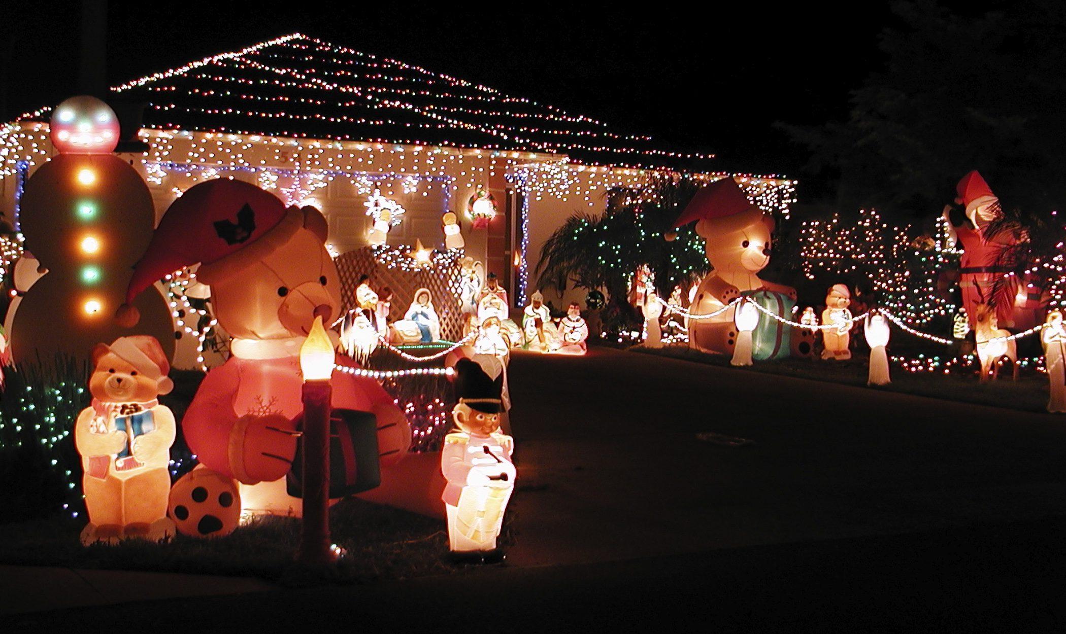 C mo decorar el exterior de tu casa en navidad bekia navidad for Adornos para jardin exterior
