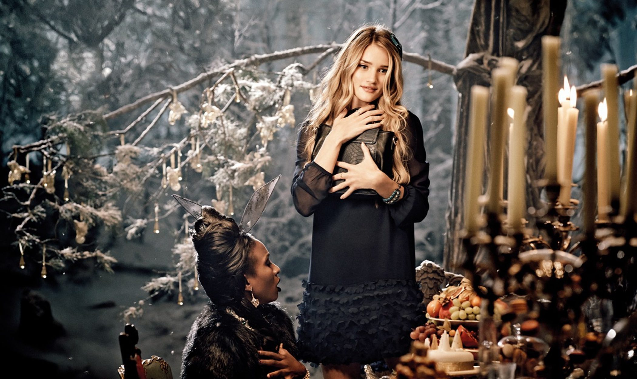 Rosie Huntington-Whiteley y Helena Bonham Carter protagonizan el spot navideño de Marks and Spencer