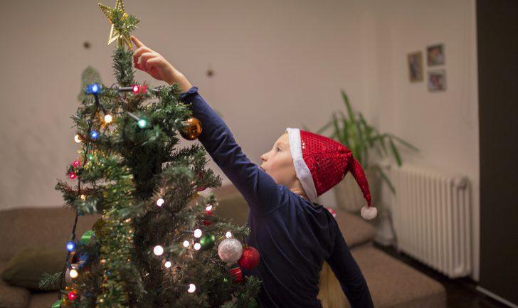 Árboles de Navidad tradicionales: decoración roja y dorada