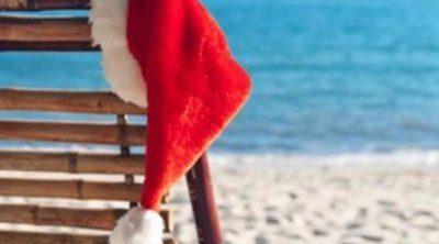 Abrigo, nieve y frío contra playa, surf y sol para celebrar la Navidad