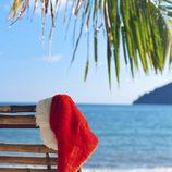 Gorro de Papá Noel sobre una hamaca en una playa