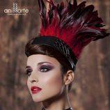 Gargantilla de escamas negras y plumas rojas de Anillarte