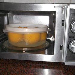 Paso 2: Meter el bol con el agua y los melocotones al microondas