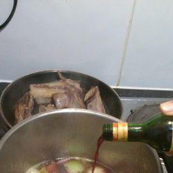 Añadir el vaso de vino tinto y el vaso de agua a la olla de los vegetales