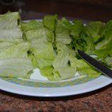 Cortar y aliñar las hojas de lechuga con aceite de oliva, sal y vinagre de manzana