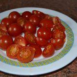 Cortar los tomates cherry por la mitad