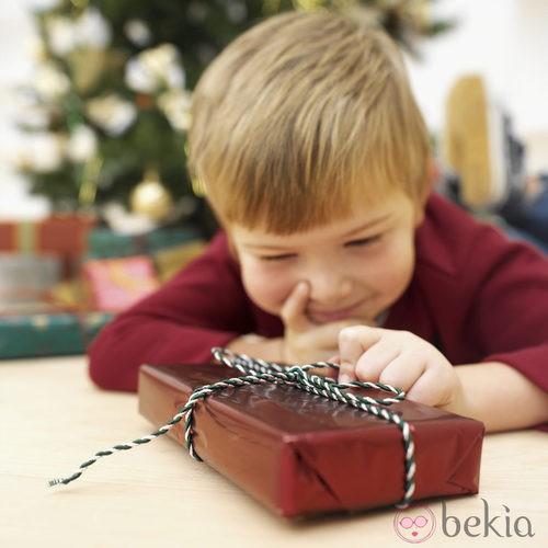 Los niños disfrutan de los regalos