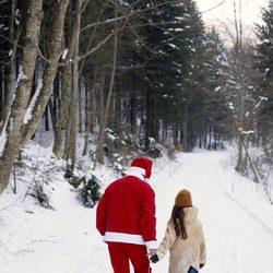 Papá Noel lleva regalos en un trineo en Laponia
