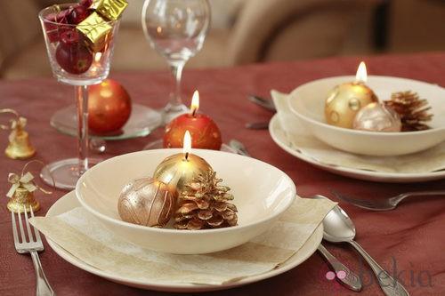 Blanco y rojo parar decorar la mesa de navidad
